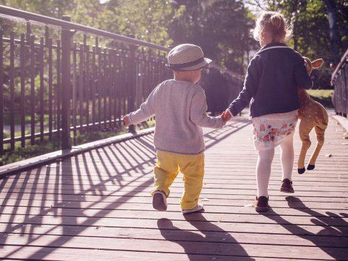 Gutt og jente på bro